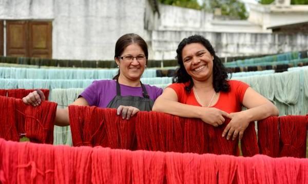 Ett icke vinstdrivande kooperativ som spinner och handfärgar garner. Sedan 1968 har kooperativet hjälpt kvinnor på landsbygden i Uruguay att kunna försörja sig själva och vårda hantverkstraditionerna. Sedan 2009 är organisationen också medlem i World Fair Trade Organization vilket innebär att garnet är rättvisemärkt.
